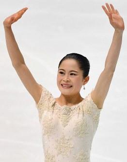 【フィギュアスケート全日本選手権】女子SPの演技を終え、会場に向かって笑顔であいさつする宮原知子=大阪府門真市の東和薬品ラクタブドームで2018年12月21日、猪飼健史撮影