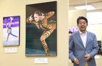 2018年報道写真展を訪れた安倍晋三首相=東京都中央区の日本橋三越で2018年12月22日午後4時、藤井太郎撮影