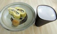 う巻きをビールで。備前焼のグラスは甲府時代にすみ江さんからもらったもの。取材当日に持参した