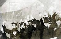 解放翌日、米国へ帰国する飛行機に搭乗する前、タラップから手を振るプエブロ号乗組員=ソウルの金浦空港で1968年12月24日、朝鮮日報提供