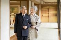 天皇、皇后両陛下=皇居・宮殿で2018年12月10日、宮内庁提供