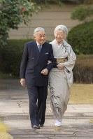 散策される天皇、皇后両陛下=皇居・宮殿の南庭で2018年12月10日、宮内庁提供