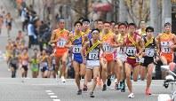 1区5キロ付近、力走する選手たち=2018年12月23日、山田尚弘撮影