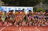 一斉にスタートする選手たち=西京極陸上競技場で2018年12月23日、久保玲撮