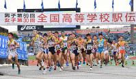 集団となって競技場を出る選手たち=西京極陸上競技場で2018年12月23日、川平愛撮影