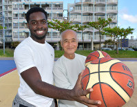 Zenko Miyagi takes a commemorative photo with a young American man that he played against, in the Okinawa Prefecture city of Chatan, on Nov. 5, 2018. (Mainichi/Tadashi Sano)