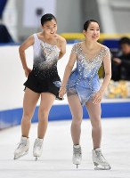 Mai Mihara, right, and Kaori Sakamoto smile at an official training session ahead of their free programs at Japan's national figure skating championships at Towa Pharmaceutical Co.'s Ractab Dome in the city of Kadoma, Osaka Prefecture, on Dec. 23, 2018. (Mainichi/Kenji Ikai)