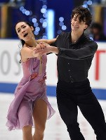 Misato Komatsubara and Timothy Koleto perform in the ice dance event at Japan's national figure skating championships at Towa Pharmaceutical Co.'s Ractab Dome in the city of Kadoma, Osaka Prefecture, on Dec. 23, 2018. (Mainichi/Kenji Ikai)