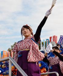 袴で応援する姿も=京都市右京区の西京極陸上競技場で、大東祐紀撮影