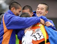 優勝し、抱き合う倉敷の選手たち=京都市右京区の西京極陸上競技場で2018年12月23日、久保玲撮影
