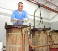 レバノン・ベカー高原の蒸留所で作業するマールーフさん=レバノン東部クサラで2018年11月21日、篠田航一撮影