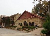 1857年創業の老舗「シャトー・クサラ」社の蒸留所=レバノン東部クサラで2018年11月21日、篠田航一撮影