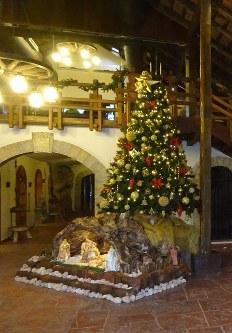 クリスマスの季節を迎え、蒸留所に飾られたツリー=レバノン東部クサラで2018年11月21日、篠田航一撮影