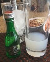 アラクは無色透明だが、水を注ぐと白濁し「ライオンのミルク」とも呼ばれる=レバノンの首都ベイルートで2018年11月21日、篠田航一撮影
