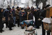 統一教会の結成に抗議して議会前に集まったモスクワ聖庁の信徒たち=キエフで20日、AP
