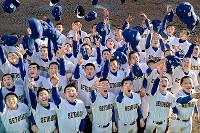 27年ぶり3回目の選抜高校野球出場が決まり、喜ぶ瀬戸内の選手たち=広島県東区で2018年1月26日、山田尚弘撮影