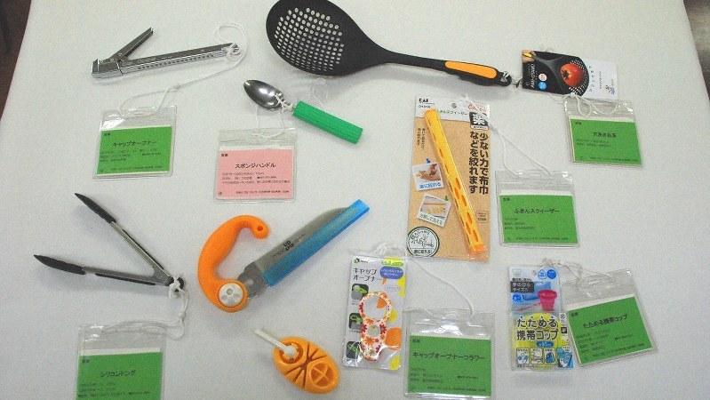 自助具にはさまざまな種類がある=東京都千代田区の日本リウマチ友の会で鈴木敬子撮影