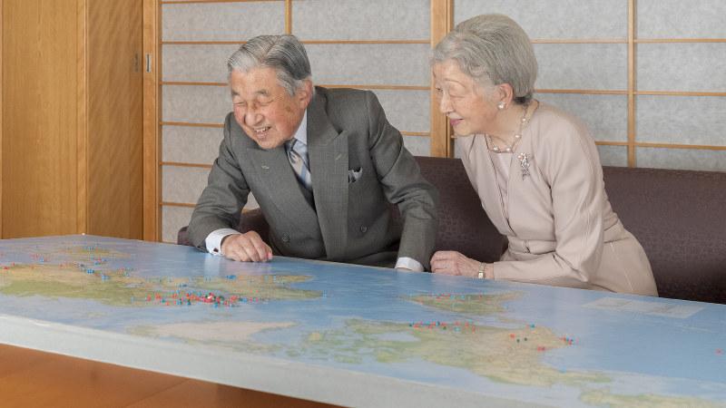 訪問先にピンを打った世界地図を見ながら談笑される天皇、皇后両陛下=皇居・御所で2018年12月10日、宮内庁提供