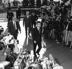 リクルート事件・政界ルートの初公判で東京地裁に入る江副浩正(中央)