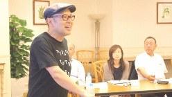 久米繊維工業相談役の久米信行氏(左)=櫻田弘文提供