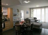 ケープタウンのオーシャンビューの宿。高級マンションを使った民泊で、寝室とは別のリビングには無料サービスの果物やワインが置いてあった