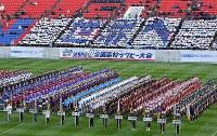 一斉行進する選手たち=東大阪市花園ラグビー場で2018年12月27日午前10時38分、森園道子撮影