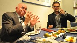 ギリシャ料理を楽しむ人たち
