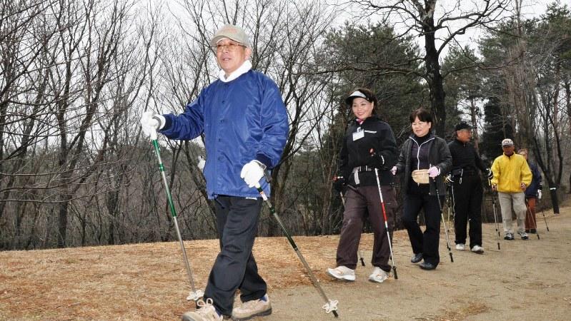 中高年に人気のノルディックウオーキング。運動習慣も発症率低下の要因に