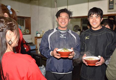 保護者から豚汁うどんを受け取る和歌山工の選手たち=和歌山市西浜3の同校で、後藤奈緒撮影