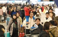 People crowd the departure lobby at Kansai International Airport in Osaka Prefecture on Dec. 28, 2018. (Mainichi/Ai Kawahira)