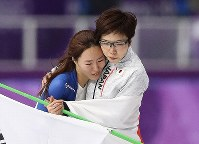 Japan's Nao Kodaira, right, and South Korea's Lee Sang-hwa hold each other after the women's 500 meters speed skating race at Gangneung Oval at the 2018 Winter Olympics in Gangneung, South Korea, on Feb. 18, 2018. (Mainichi/Junichi Sasaki)