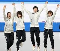 From left, speed skaters Ayaka Kikuchi, Ayano Sato, Miho Takagi and Nana Takagi celebrate Japan's gold medal at Gangneung Oval at the 2018 Winter Olympics in Gangneung, South Korea, on Feb. 21, 2018. (Mainichi/Junichi Sasaki)