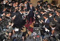 Top Finance Ministry bureaucrat Junichi Fukuda, top center, speaks to reporters after announcing his resignation over a sexual harassment scandal involving a female TV reporter, in Tokyo's Chiyoda Ward on April 18, 2018. (Mainichi/Naoki Watanabe)