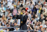 Yuzuru Hanyu acknowledges cheering fans lining a thoroughfare in Sendai's Aoba Ward in northeastern Japan on April 22, 2018. (Mainichi/Shinnosuke Kyan)