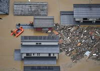 A rescue boat is seen at a flooded residential area in the city of Kurashiki, Okayama Prefecture, in western Japan, on July 7, 2018. (Mainichi/Tadashi Kako)