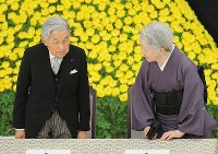 The Imperial Couple take their seats for a memorial ceremony for the war dead at Nippon Budokan in Tokyo's Chiyoda Ward, on Aug. 15, 2018. (Mainichi/Yuki Miyatake)