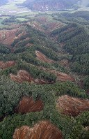 Many landslides caused by an earthquake are seen from a Mainichi Shimbun aircraft in the town of Atsuma, in the northernmost prefecture of Hokkaido, on Sept. 6, 2018. (Mainichi/Junichi Sasaki)