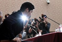 Shohei Ohtani of the Los Angeles Angels speaks at his first press conference upon his return to his home country at the Japan National Press Club in Tokyo's Chiyoda Ward on Nov. 22, 2018. (Mainichi/Kimi Takeuchi)
