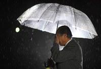 阪神大震災から23年。甥の名前が刻まれた慰霊碑の前で顔を覆う男性=兵庫県西宮市で2018年1月17日午前5時6分、久保玲撮影