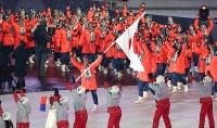 平昌五輪の開会式で旗手のスキージャンプの葛西紀明選手を先頭に入場行進する日本選手団=平昌五輪スタジアムで2018年2月9日午後8時57分、佐々木順一撮影