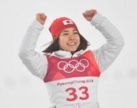 【平昌五輪】スキージャンプ女子ノーマルヒル3位となりフラワーセレモニーで笑顔で表彰台にあがる高梨沙羅=アルペンシア・ジャンプセンターで2018年2月12日、宮間俊樹撮影