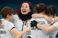 【平昌五輪】【日本―英国】3位決定戦で英国に勝利し銅メダル獲得が決まり涙をながしながら鈴木夕湖(左端)と抱き合う藤沢五月(左から2人目)=江陵カーリングセンターで2018年2月24日、宮間俊樹撮影
