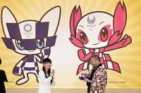 披露された「東京五輪・パラリンピック」のマスコット。左が五輪、右がパラリンピック。手前右は表彰されるマスコットの作者の谷口亮さん=東京都品川区で2018年2月28日、渡部直樹撮影