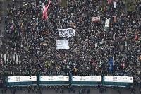 安倍政権の退陣を求めて国会前に集まった大勢の人たち=東京都千代田区で2018年4月14日、本社ヘリから渡部直樹撮影