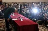 記者会見で謝罪する日大の選手(手前)=東京都千代田区で2018年5月22日午後、小川昌宏撮影