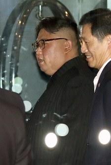 マリーナベイ・サンズを出る北朝鮮の金正恩朝鮮労働党委員長(中央)=シンガポールで2018年6月11日午後10時11分、佐々木順一撮影