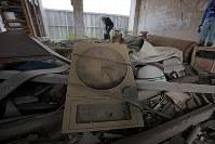報道陣に公開された岩手県大槌町の旧役場庁舎内部。1階には津波にのまれ、止まったままの時計も残されていた=同町で2018年6月13日午前11時54分、喜屋武真之介撮影