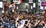 サッカー日本代表がW杯初戦のコロンビア戦で勝利し喜ぶ人たち=東京都渋谷区で2018年6月19日午後11時4分、藤井達也撮影