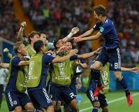 サッカーW杯。【ベルギー―日本】後半、原口(右)が先制ゴールを決め、歓喜するチームメートの元に飛び込む=ロシア・ロストフナドヌーで2018年7月2日、長谷川直亮撮影