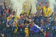 サッカーW杯。クロアチアに勝利して優勝し、カップを掲げて喜ぶフランスの選手たち=ロシア・モスクワのルジニキ競技場で2018年7月15日、長谷川直亮撮影